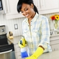 femme nettoyant un plan de travail