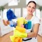femme de ménage avec produits
