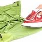 fer à repasser sur chemise verte