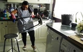 aide-ménagère nettoyant tabouret dans une cuisine