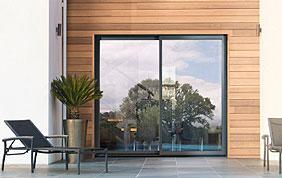 grande porte fenêtre en alu sur terrasse