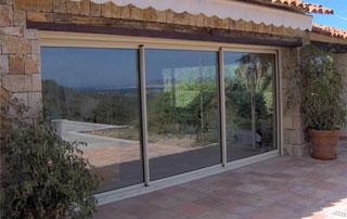 grande baie vitrée en bois