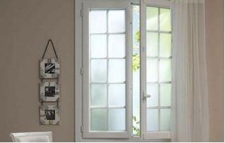 Fenêtre ouverte en PVC blanc