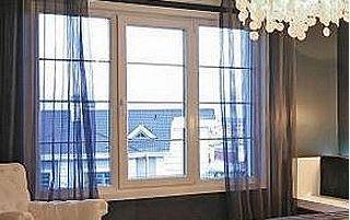 Fenêtre et voilage de couleur foncée