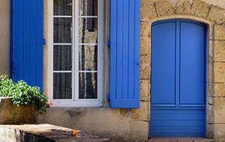 porte et volets bleus sur maison à Toulon