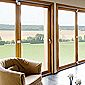 baie vitrée avec fermetures en bois