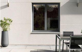 fenêtre en bois peinte en gris clair