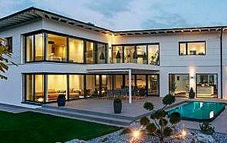 villa avec pergola sur terrasse avec piscine