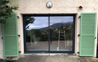 porte-fenêtres en aluminium avec volets battants