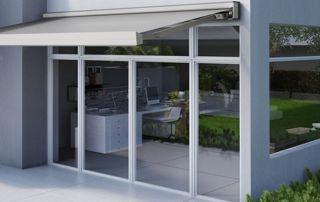 baie vitrée en aluminium avec store solaire