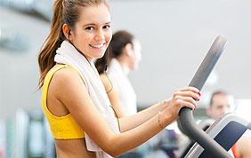 Meisje met fitness apparatuur