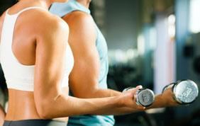 man en vrouw tijdens bodybuilding