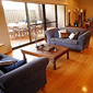 salon avec table basse en bois et 2 canapés face à face