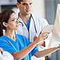 Deux médecins discutent devant le dossier d'un patient