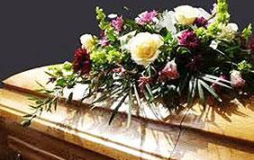 Cercueil et gerbe de fleurs