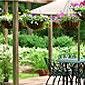 Aménagement d'extérieur avec terrasse fleurie