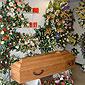 Cercueil en bois et couronnes de fleurs