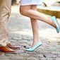 Jambes d'un homme avec chaussures de ville brunes et femme avec ballerine bleue