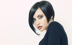 Femme de trois quart avec cheveux noirs en carré plongeant