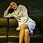 femme assise sur canapé en cuir