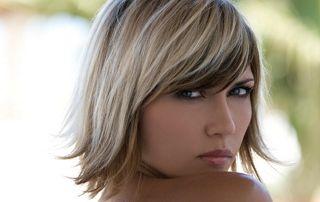 Femme de trois quart avec coupe courte blonde et brune