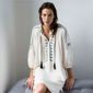 Femme assise avec robe blanche