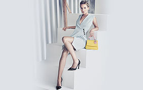 femme élégante en appui sur escalier