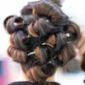Femme avec chignon dans un salon de coiffure