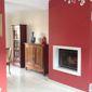 Feu ouvert et mur rouge