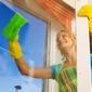 aide-ménagère lavant les vitres