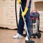 Aide-ménagère passant l'aspirateur