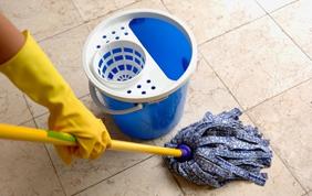 Une femme de ménage grâce aux titres-services