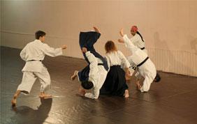 5 personnes pratiquant les arts martiaux