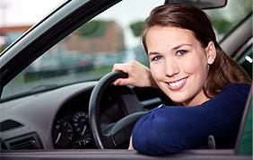 Conductrice à la fenêtre de son véhicule