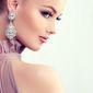 femme avec boucles d'oreilles en diamants
