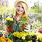 employée de jardinerie avec des fleurs