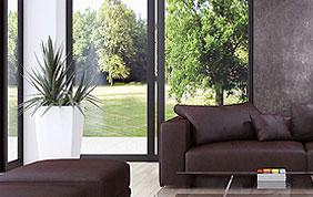 Salon : papier peint gris, divan et méridienne
