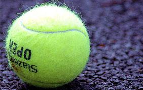balle de tennis sur un terrain en asphalte