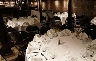 tables préparées pour une réception