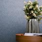 vase devant mur en papier peint