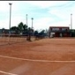 enfant jouant au tennis