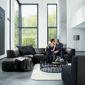 Salon moderne design canapé noir en cuir murs gris