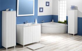 salle de bain blanche et bleue avec parquet