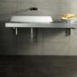Lavabo design dans une salle de bain grise