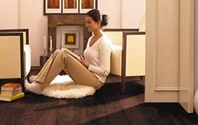 femme assise qui lit