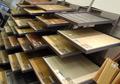 échantillons de parquets en showroom