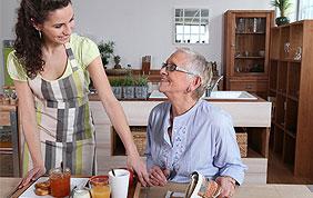 Aide-infirmière avec senior