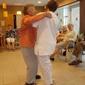 personne âgée et infirmière dansant dans une maison de repos