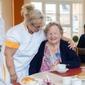 dame âgée et infirmière résidence du parc