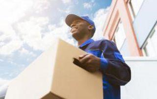 déménageur avec carton